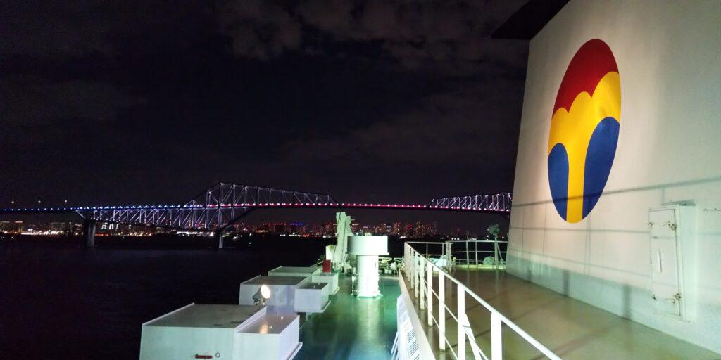 夜のライトアップされた東京ゲートブリッジ